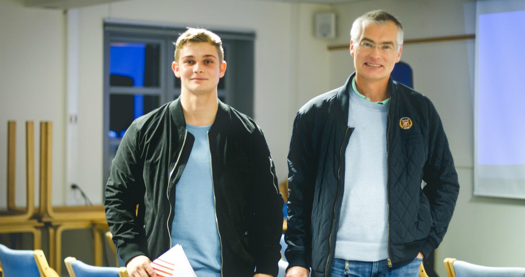 Bildet viser far og sønn. Morten Christensen (21 år, til venstre) og pappa Truls Christensen (21) på temakvelden.